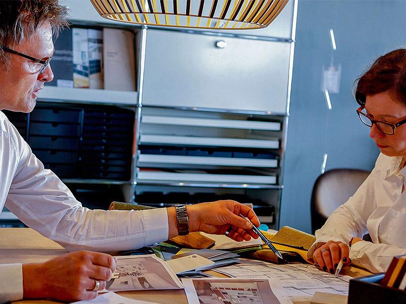 Das Team von Inform Einrichtung Lübeck bei der Planung